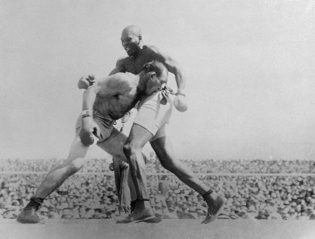 Jack Johnson fighting James Jeffries, 1910